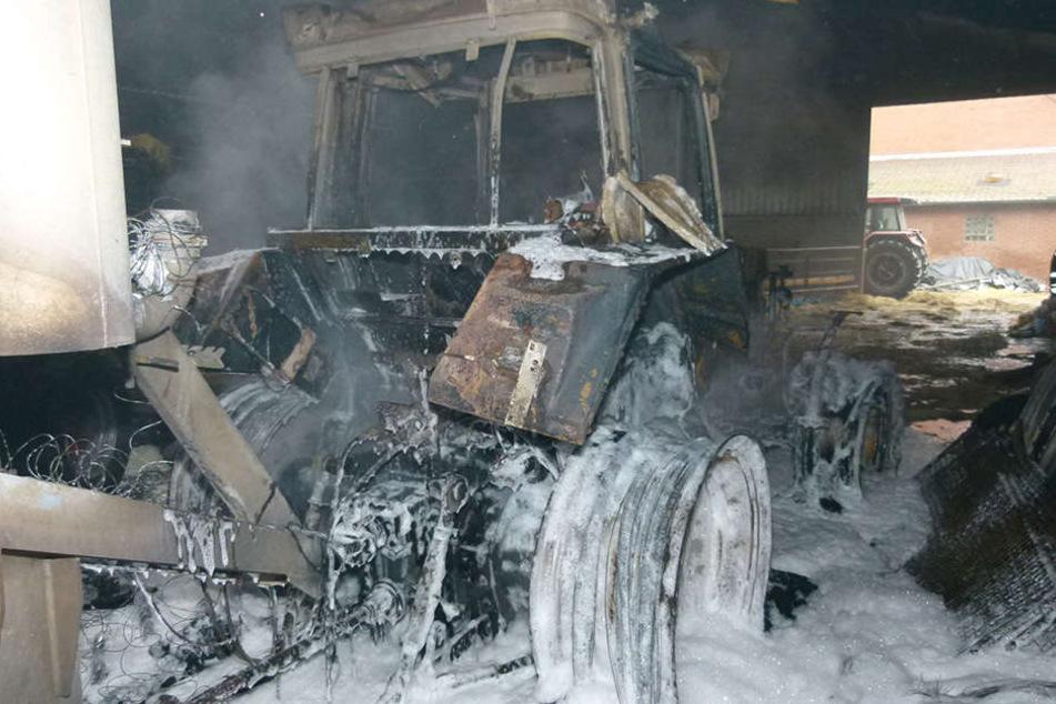 Ein Defekt an diesem abgefackelten Traktor soll der Grund für den Großbrand sein.