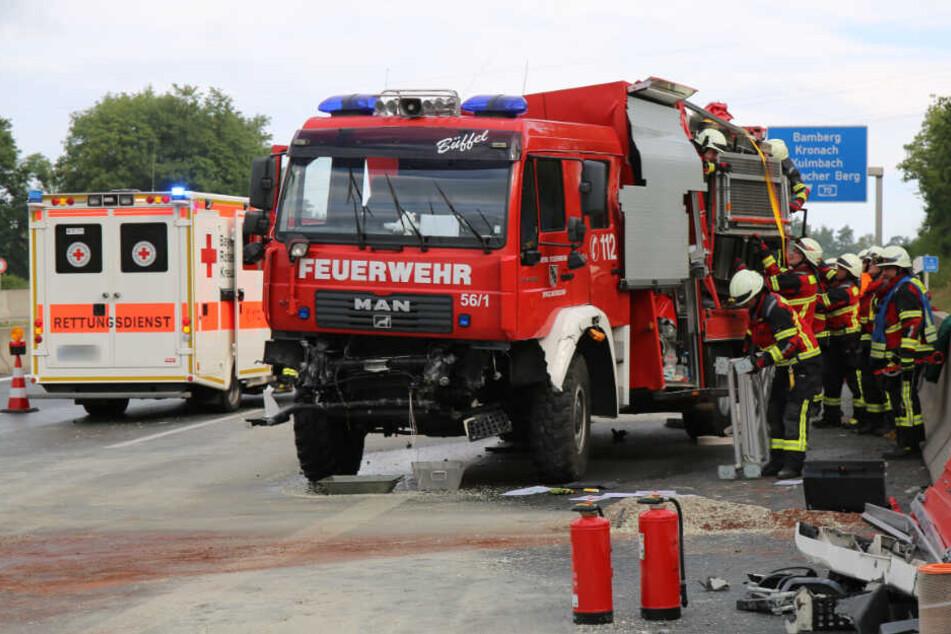 Feuerwehrauto gerät auf Autobahn ins Schlingern und durchbricht Betonplanke