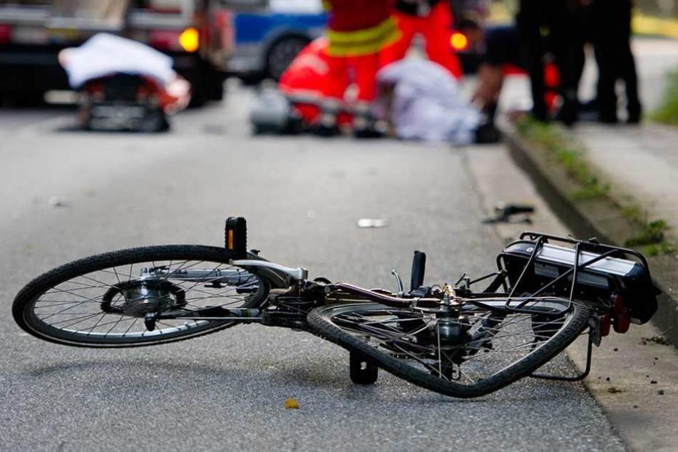 Der 58-jährige Radfahrer starb noch an der Unfallstelle. (Symbolbild)
