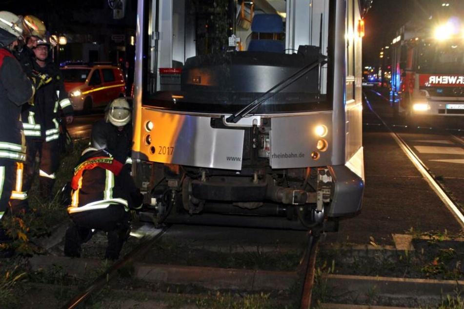 Die Feuerwehr befreite den unter der Straßenbahn eingeklemmten Jugendlichen.