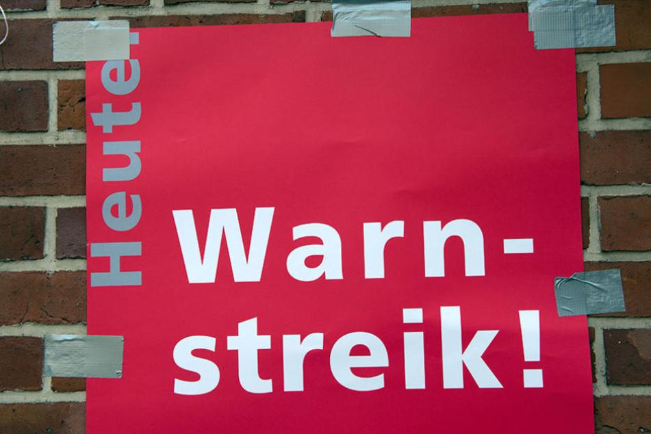 Am 8. August hing das Plakat bereits am Einen zum Gelände der Charité. Auch heute wird wieder gestreikt.