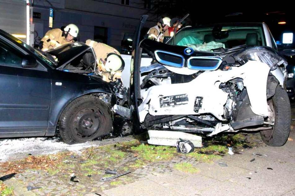 Offenbar betrunkener Fahrer kracht in fünf Autos!