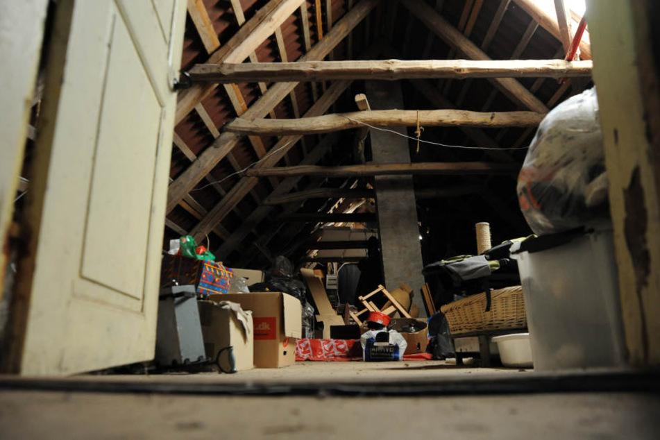 Die neuen Mieter des Hauses entdeckten die Leiche unter ihrem Dachboden. (Symbolbild)