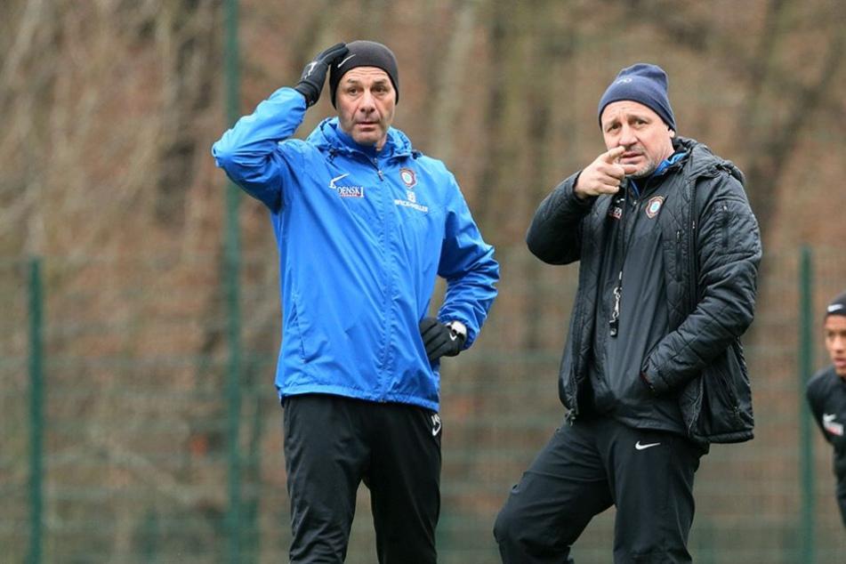 Pavel Dotchev und Fitnesstrainer Werner Schoupa erwarten am Montag die Mannschaft zum Auftakttraining. (Archivbild)