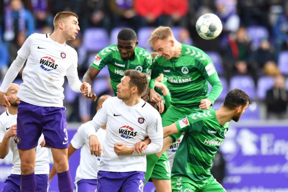 Marko Mihojevic (l.) klärt - unterstützt von seinem Innenverteidiger-Kollegen Sören Gonther - im Spiel gegen Greuther Fürth per Kopf vor Hans Nunoo Sarpei (M.) und Havard Nielsen.