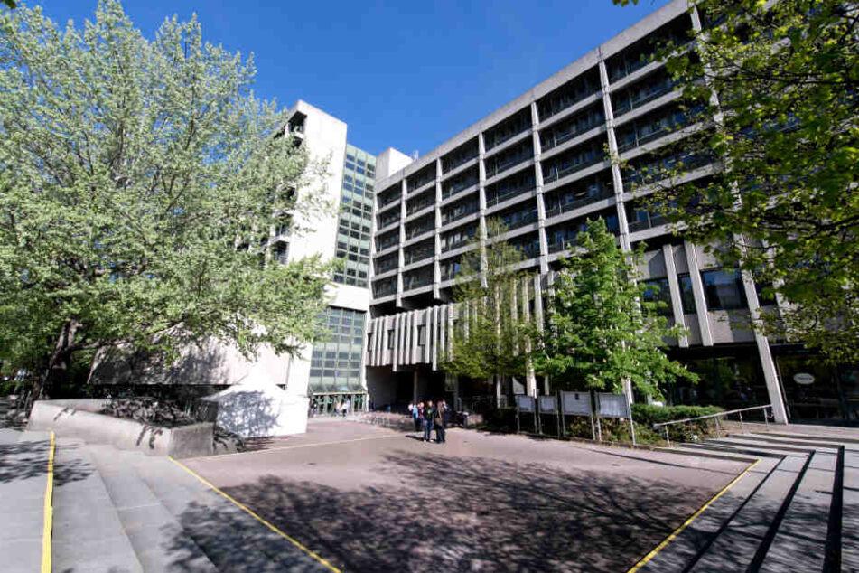 Blick auf das Gerichtsgebäude für das Amtsgericht, das Landgericht I und II in München, das Oberlandesgericht und die Staatsanwaltschaft in der Nymphenburger Straße.
