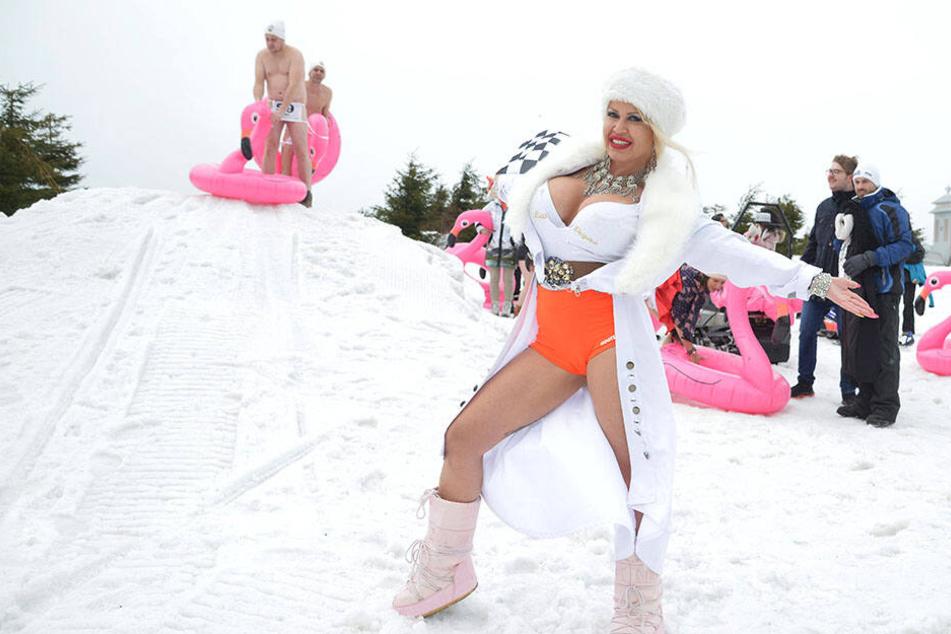 Ginger Costello-Wollersheim (31) startete leicht bekleidet das stürmische Nacktrodeln.