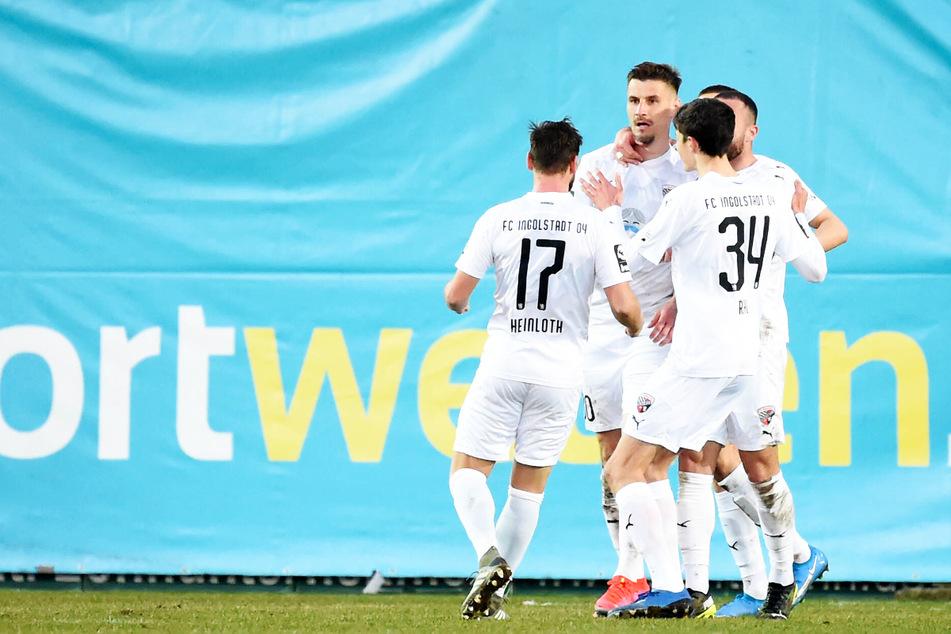Stefan Kutschke (32, 2.v.l.) schoss den FC Ingolstadt 04 beim KFC Uerdingen mit einem Doppelpack zum 3:0-Auswärtssieg.