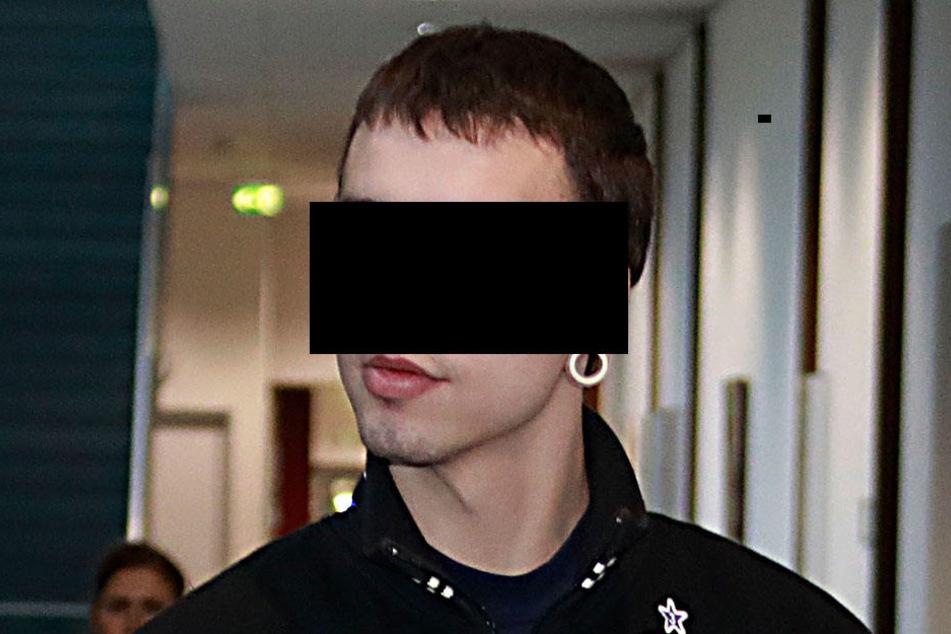 Marcel G. (26) kam am Mittwoch in einer Fanjacke des FC Erzgebirge Aue ins Gericht. Der Fußballfan muss jetzt für 18 Monate hinter Gitter.