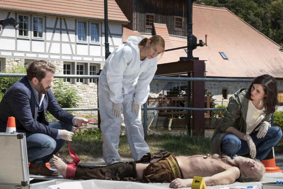 """Die Kommissare Lessing (Christian Ulmen) und Kira Dorn (Nora Tschirner) am Tatort mit dem toten Indianer - Szene aus """"Tatort: Der höllische Heinz""""."""