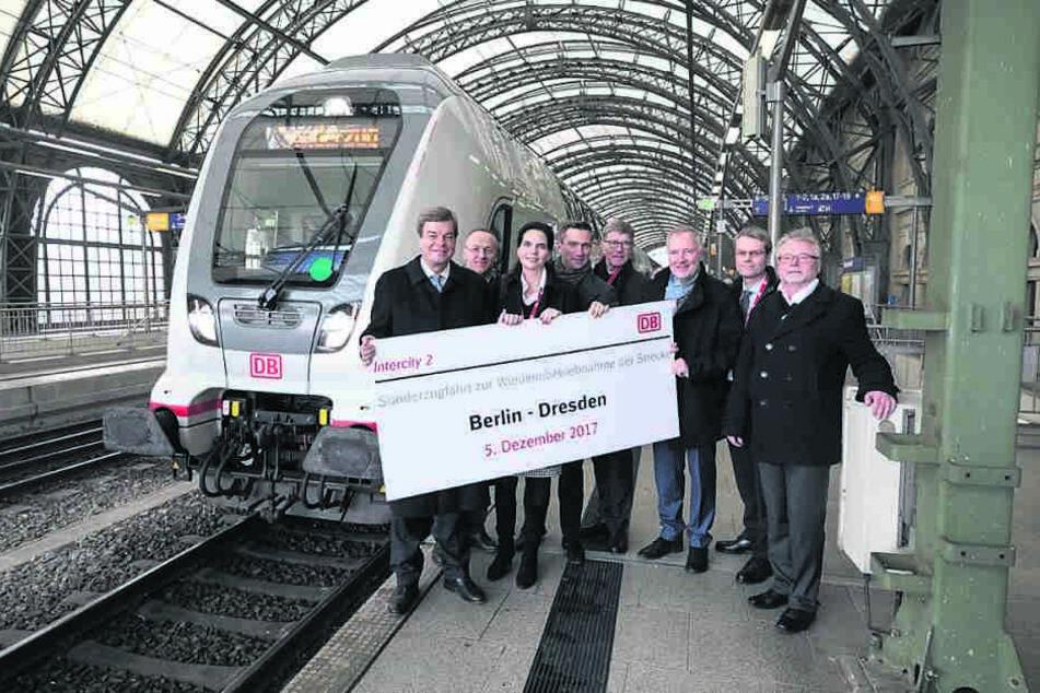 Dienstagmittag Gleis 3: Der erste Zug, der die Ausbaustrecke Berlin-Dresden befahren durfte, ist mit vielen Ehrengästen eingetroffen.