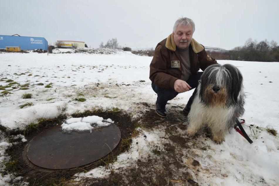 Anfang Februar stürzte Milo in diesen damals unabgedeckten Abwasserschacht  und hatte Riesendusel.