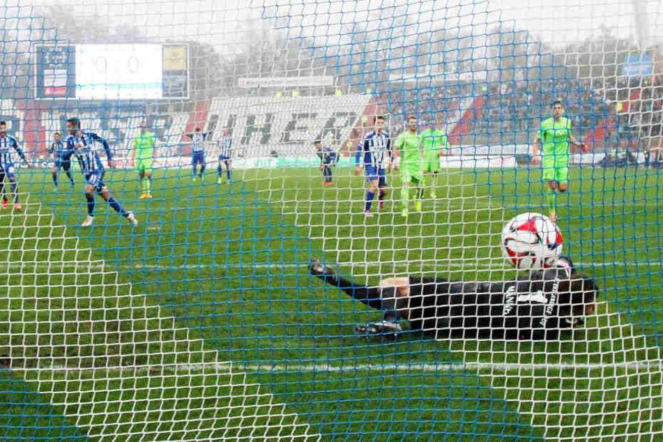 Das konnte er schon beim KSC am allerbesten: Dimitrij Nazarov (zweiter von links) verwandelte am 23. November 2014 den Elfmeter zum 1:0 der Karlsruher gegen den FC Erzgebirge.