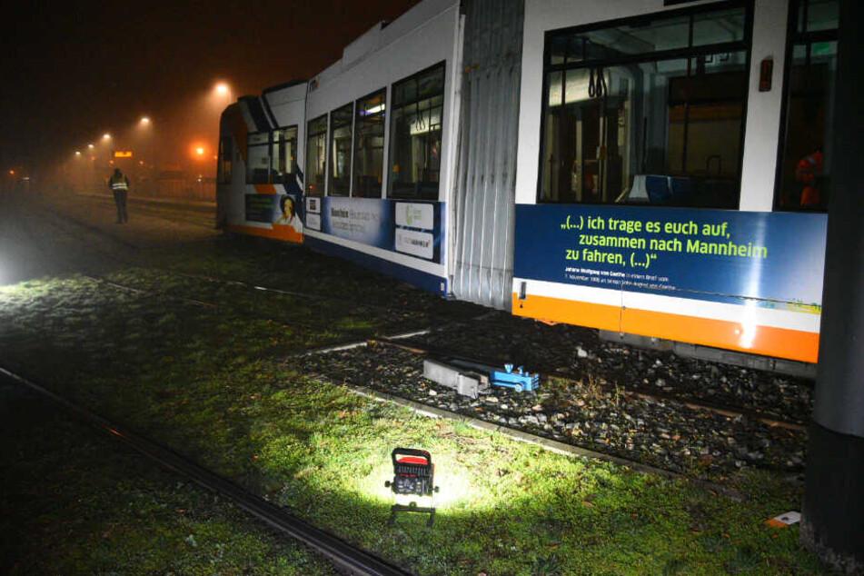 Die Straßenbahn ist aus bisher unbekannten Gründen aus den Schienen gesprungen.