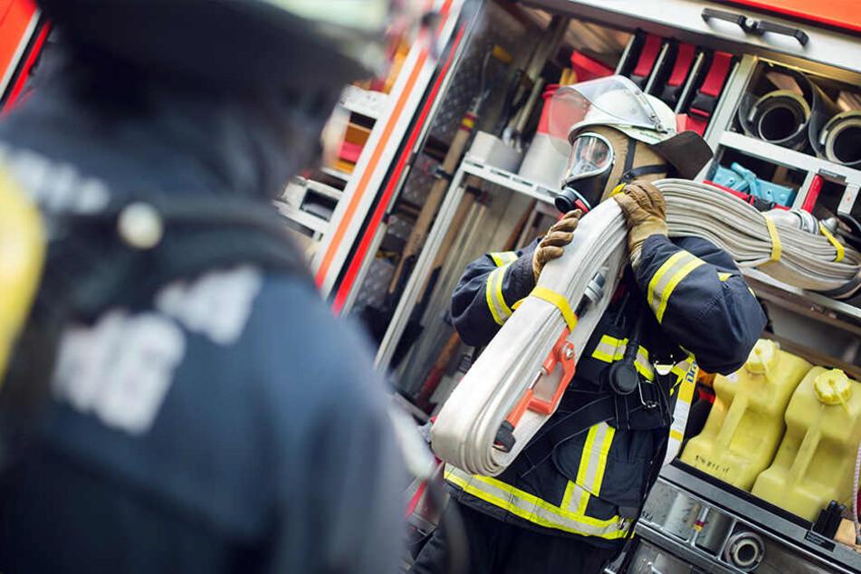 Feuerwehrmänner werden im Einsatz stark belastet - körperlich und psychisch. (Symbolbild)