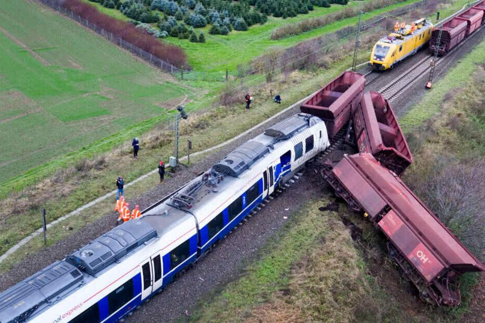 Weil eine Fahrdienst-Leiterin die falsche Zugnummer eingegeben hatte, ging der Lokführer einer Regionalbahn davon aus, dass er freie Fahrt habe.