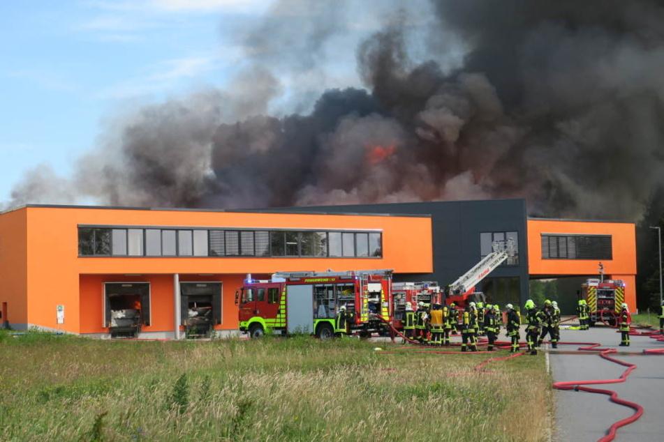 In Elterlein steht eine Möbelfabrik in Flammen.