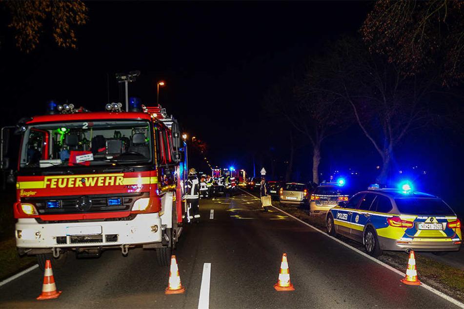Die Polizei und Feuerwehr sperrten die B61 komplett.