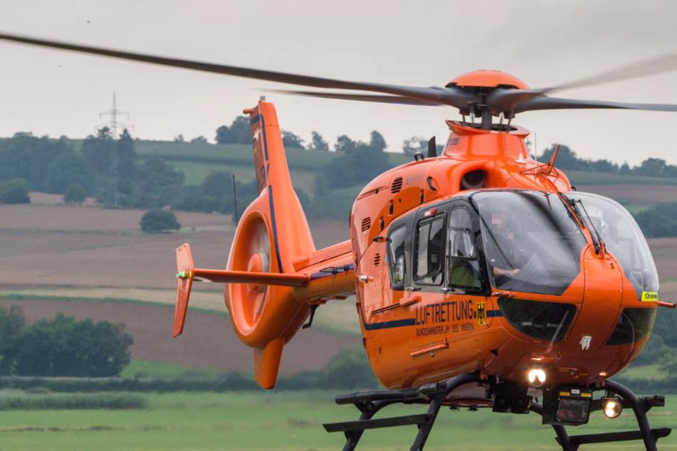 Ein Rettungshubschrauber musste die schwerverletzte Frau in eine Klinik bringen (Symbolbild).