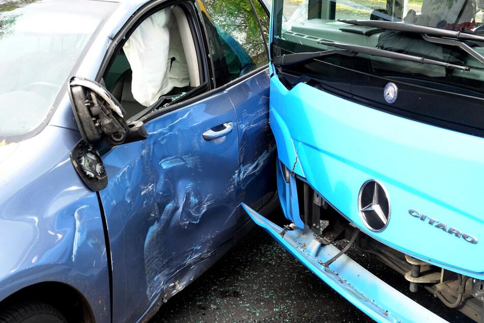 Unfall auf Theaterstraße in Chemnitz: Ein Auto stieß mit einem Bus zusammen.
