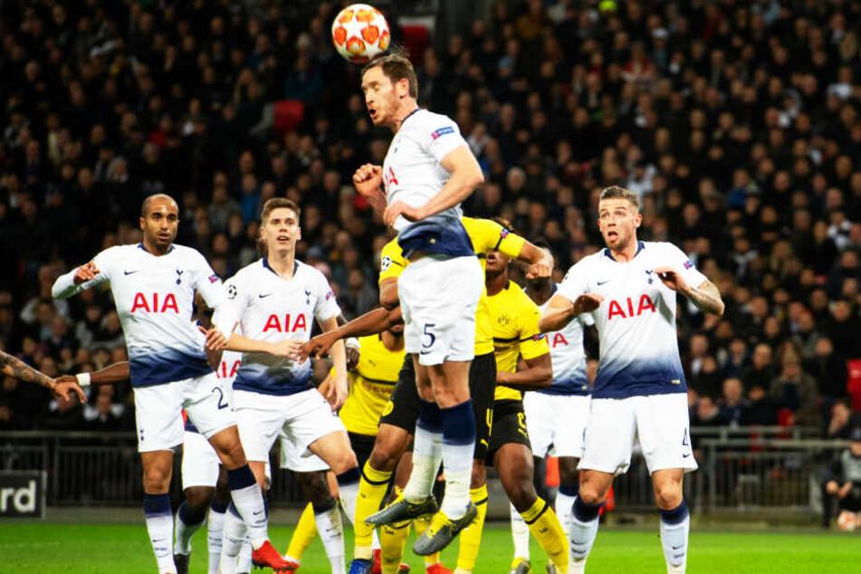 Die Abwehrreihen beider Teams standen insgesamt sicher: Hier klärt Tottenhams Jan Vertonghen den Ball vor den BVB-Angreifern.
