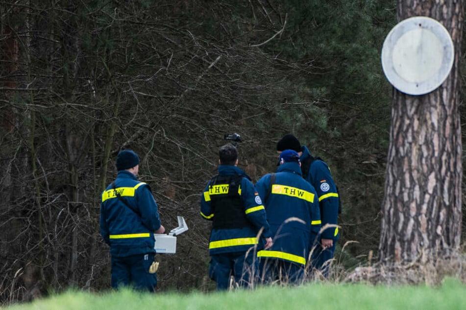 Mitglieder einer Spezialgruppe des Technischen Hilfswerks (THW) stehen mit einem Bodenradargerät in einem Wald bei Storkow. Dort wurde die Suche nach der vermissten Rebecca aus Berlin vor wenigen Tagen fortgesetzt.