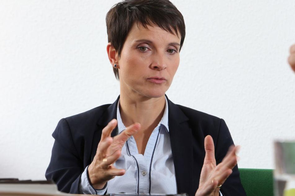 Petry vertritt den nationalkonservativen Flügel der AfD. Im Mai ist sie zum fünften Mal Mutter geworden.