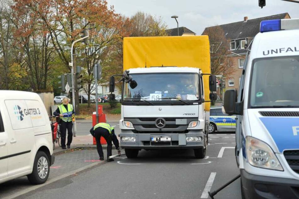 Ein Lastwagen hatte einen Mann auf seinem Fahrrad beim Rechtsabbiegen erfasst.