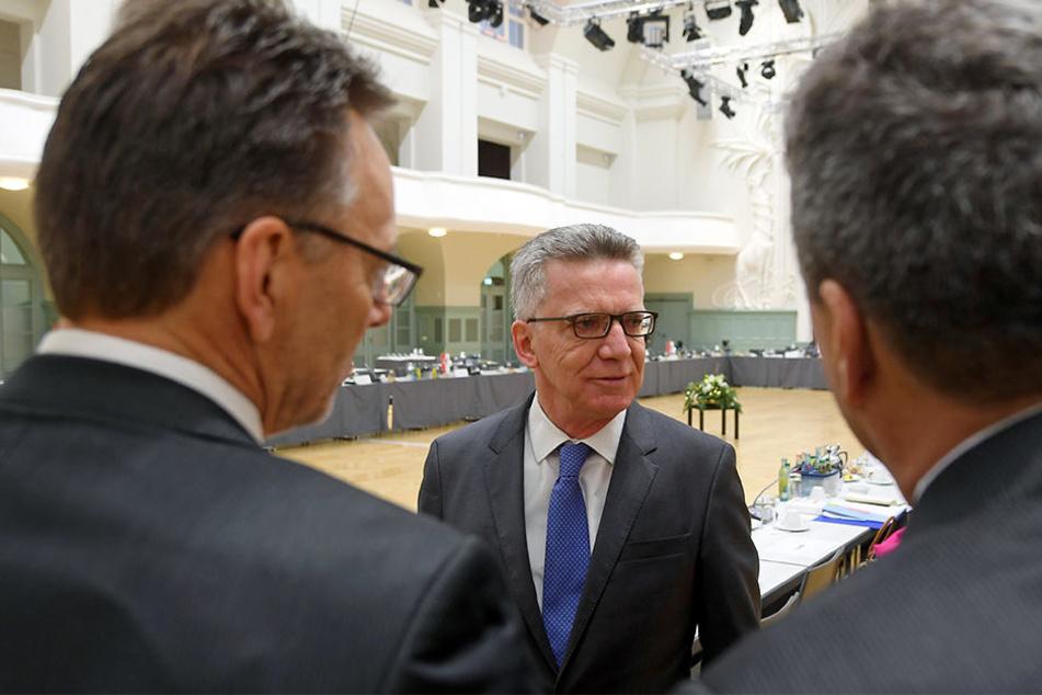 Bundesinnenminister Thomas de Maiziere (Mitte) und die anderen Konferenzteilnehmer einigten sich am Freitag auf die Verlängerung des Abschiebestopps nach Syrien.