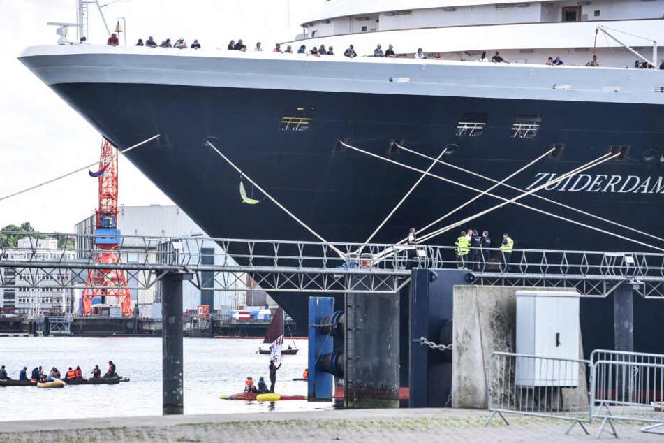 """Umweltaktivisten blockieren am Pfingstsonntag das Kreuzfahrtschiff """"Zuiderdam"""" im Kieler Hafen."""