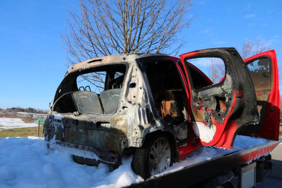 Der Kleinwagen fing am Heck Feuer.