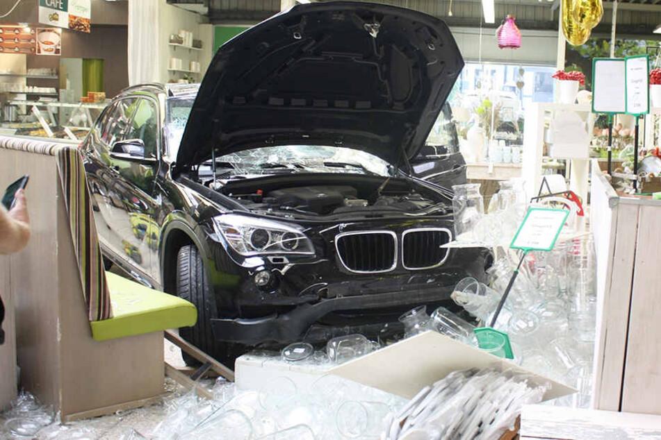 Zuerst durchbrach das Auto die Fensterscheibe die Geschäfts.