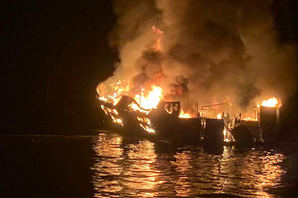 Feuer-Tragödie vor US-Küste! Schiff brennt und sinkt: 30 Leichen geborgen