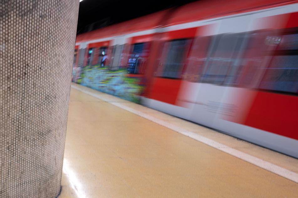 Zwei Männer sind auf einer Kupplung zwei S-Bahnen mitgefahren. (Symbolbild)