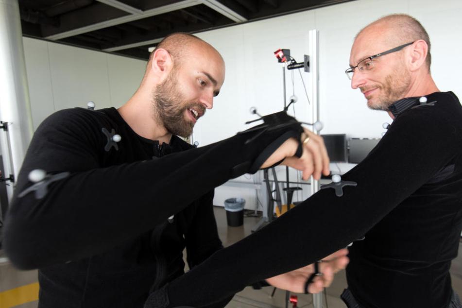 TU-Forschung: André Kaiser (32) setzt bei sich und bei Dr. Thomas Löffler Marker.