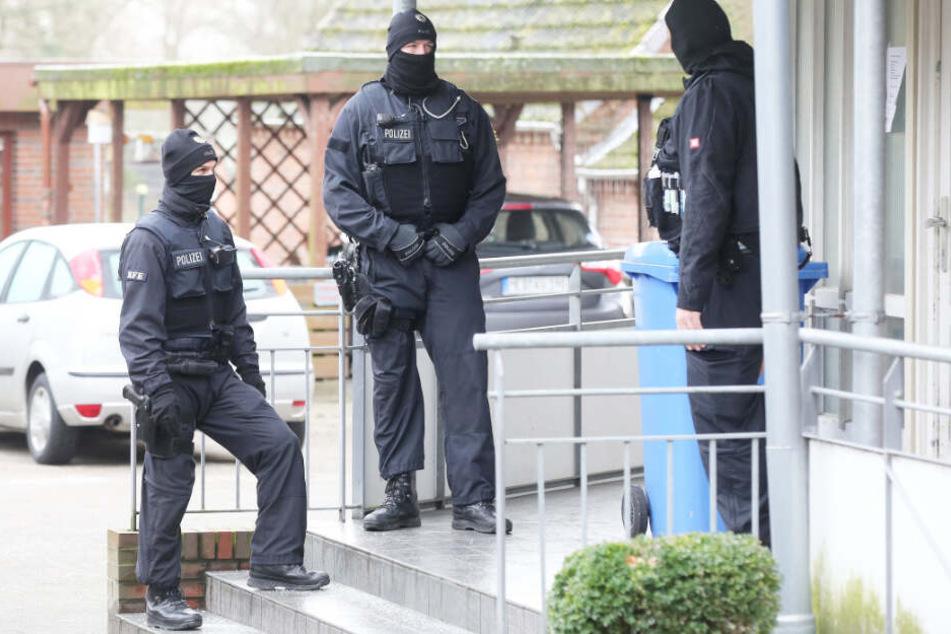 Polizisten sichern ein Gebäude im schleswig-holsteinischen Meldorf.
