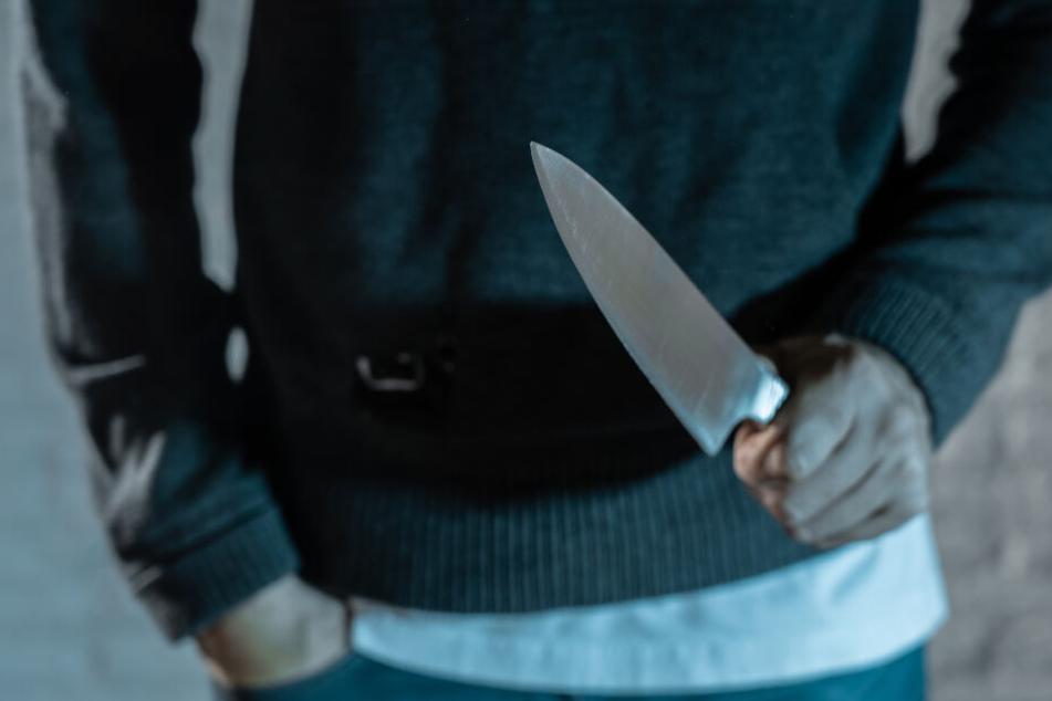Mit einem langen Küchenmesser soll der 22-Jährige seinem Opfer mehrere schwere Stichverletzungen zugefügt haben (Symbolbild).