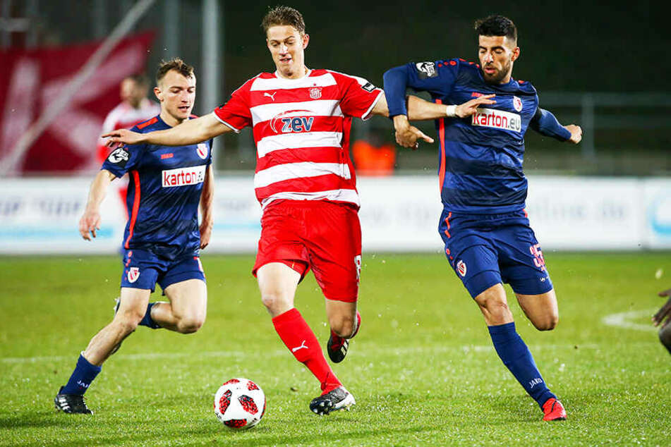 FSV-Angreifer Lion Lauberbach (M.) traf für Zwickau zum vorentscheidenden 2:0.