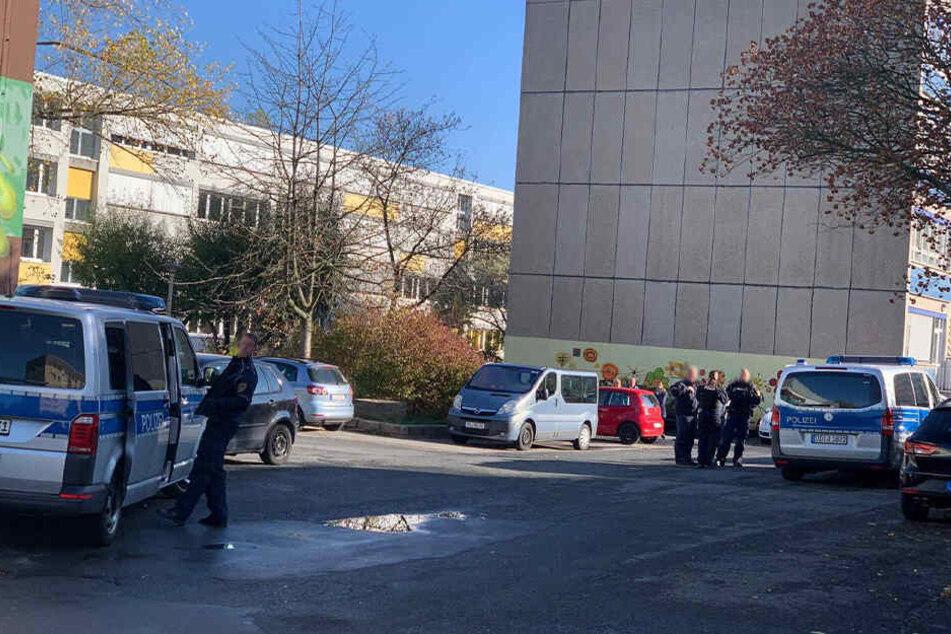 Die Polizei ist vor Ort und hat das Gebiet abgesperrt.