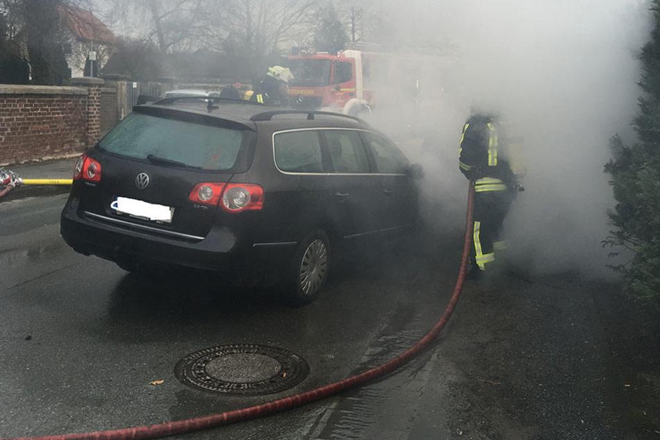 Mit zwei Löschfahrzeugen und neun Feuerwehrleuten war die Feuerwehr Lage am Unfallort.