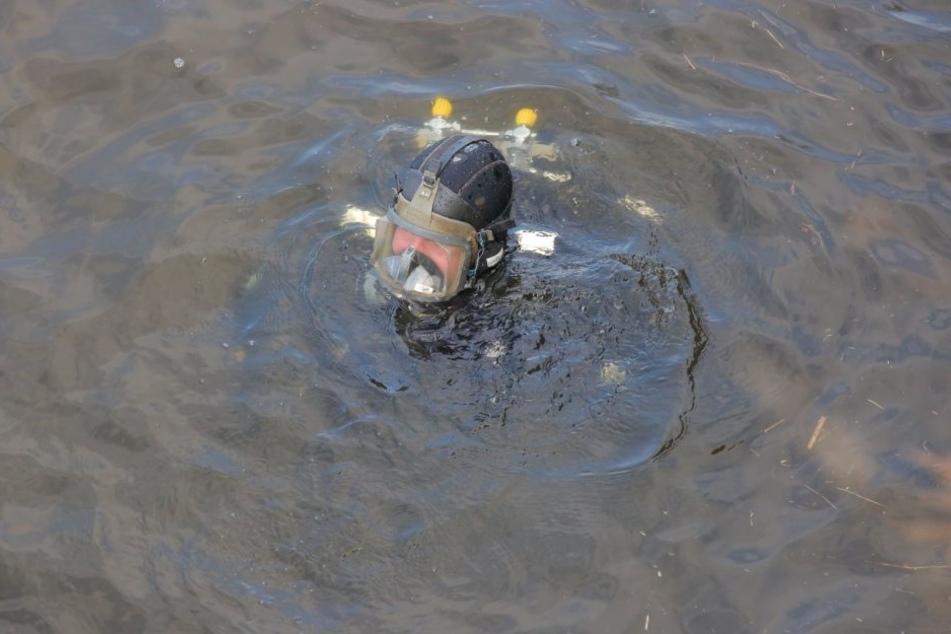 Auch am Mittwoch suchen Taucher im Pieschener Hafenbecken nach dem vermissten Philipp S. (17).