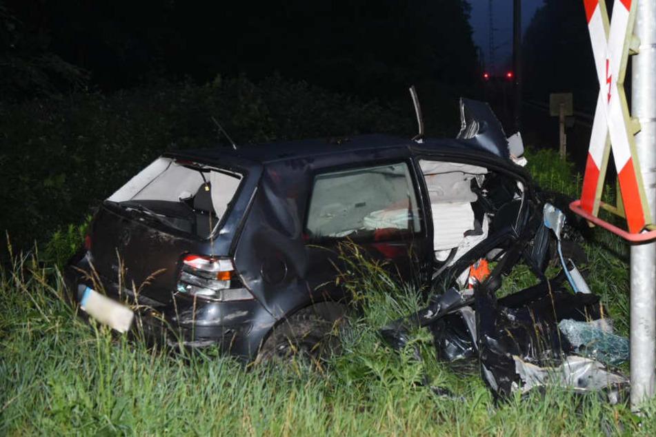 Auto am Bahnübergang zerfetzt: Güterzug tötet VW-Fahrer (23)