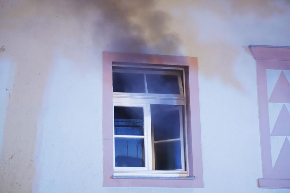 Dichter Rauch quoll aus den Fenstern.