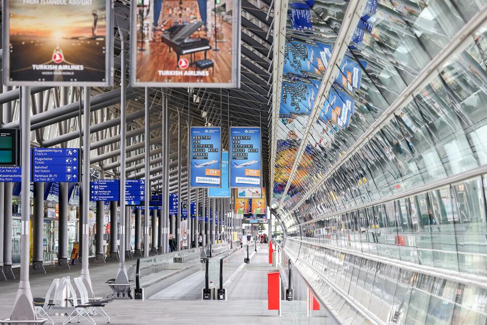 Nur wenige Personen gehen durch die Mall am Flughafen Leipzig/Halle. Seit dem 27. Juli steht hier eine Corona-Teststation.