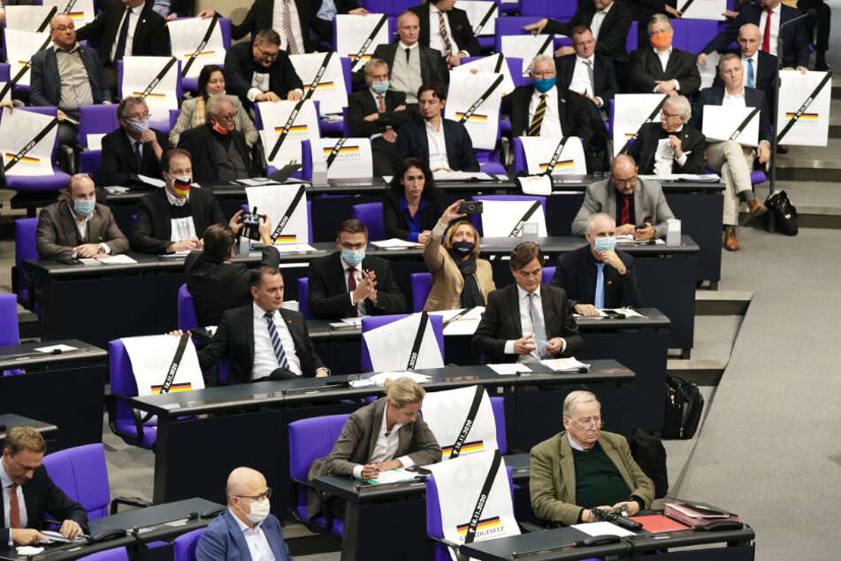 AfD-Abgeordnete stören Rede von Jens Spahn mit Plakaten!