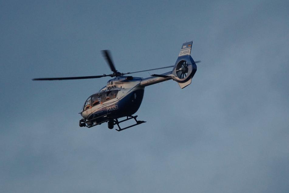 Die Polizei setzt einen Hubschrauber ein.