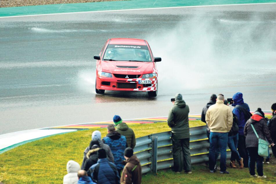 """Spaß beim Driften: Auch die Sachsenring-Crew zeigte auf """"ihrer"""" Strecke ihr Können."""