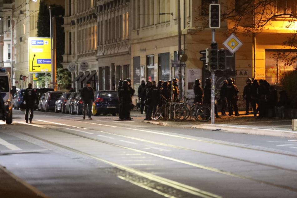 Behelmte Polizisten im Leipziger Stadtteil Connewitz nach einem Angriff auf die Polizeiaußenstelle Wiedebach-Passage.