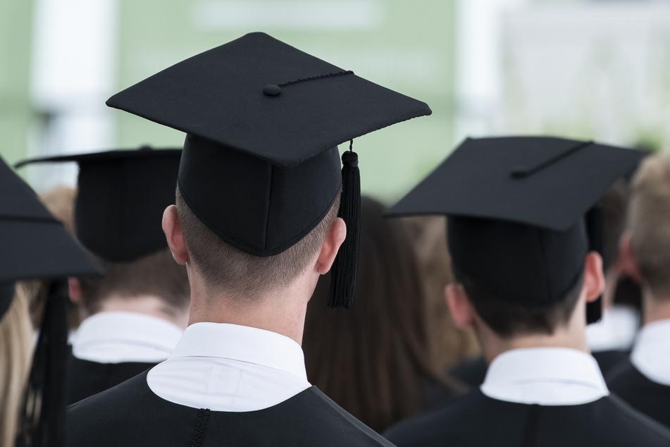 Die Grünen im Bundestag, der Deutsche Gewerkschaftsbund und die Gewerkschaft Erziehung und Wissenschaft (GEW) fordern eine verbesserte finanzielle Unterstützung der Studenten.