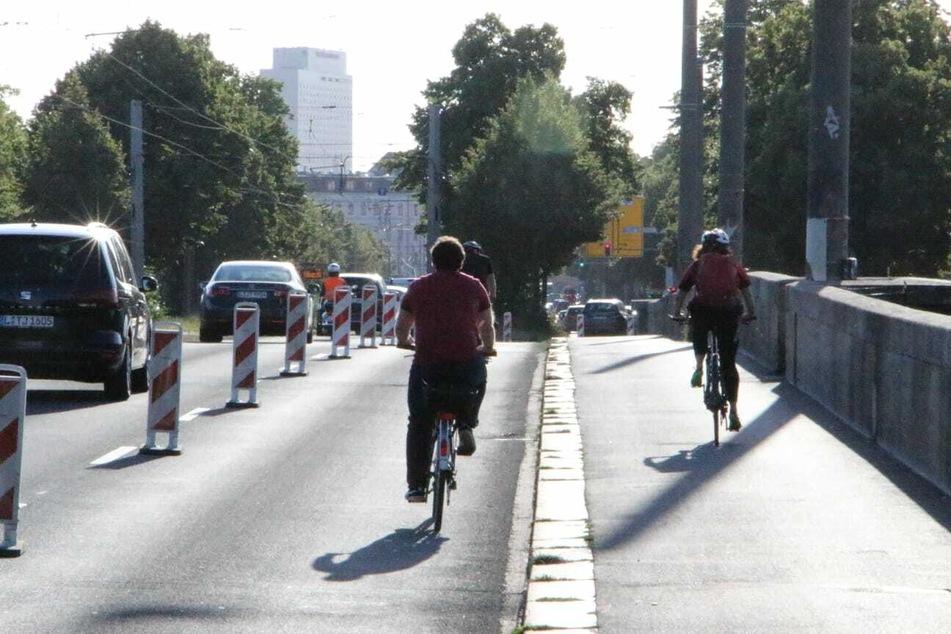 Auf der Leipziger Zeppelinbrücke wurde ein temporärer Radstreifen angelegt.